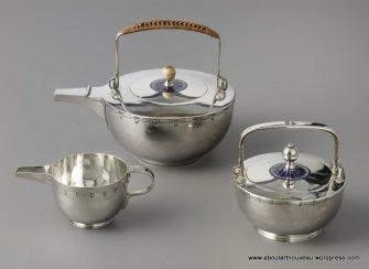 Jan Eisenloeffel (1876-1957) uitvoering F.A. Hoeker & Zoon, Amsterdam Theeservies, 1900 & 1902 geëmailleerd zilver Gemeentemuseum Den Haag